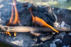 Flamme von der Holzkohle Lizenzfreie Stockbilder