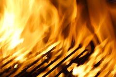 Flammen über Grill. Stockfotos
