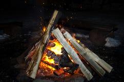 Flammen beleuchteten das Feuer und wärmten seine Wärme im kühlen Wetter Regeln der sicheren Züchtung des Feuers Lizenzfreie Stockbilder