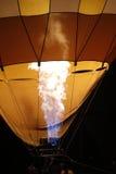 Flammen, die einen Heißluft-Ballon füllen Lizenzfreie Stockbilder