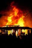 Flammen durch das Dach Stockfoto
