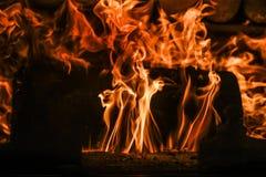 Flammen in einem Feuerplatz Lizenzfreie Stockbilder