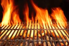 Flammen-Feuer-leerer heißer Grill-Holzkohlen-Grill mit glühenden Kohlen Stockbilder