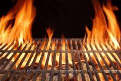 Flammen-Feuer-leerer heißer Grill-Holzkohlen-Grill mit glühenden Kohlen Stockfotos