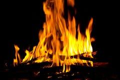 Flammen im Kamin lizenzfreies stockfoto