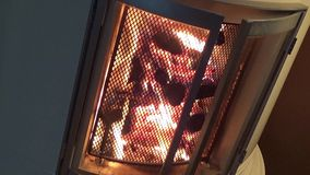 Flammen im Wohnzimmerkamin - eckige Nahaufnahme stock footage