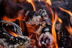 Flammen und Kohlen Stockfotografie