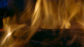 Flammen und Kohlen im Feuer stock footage