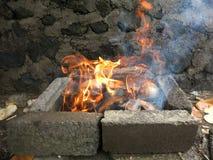 Flammen vom Brennen von getrockneten Kokosnussh?lsen lizenzfreie stockfotos