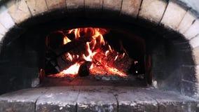 Flammen vom brennenden Holz, das im Ziegelstein-Ofen glüht stock video