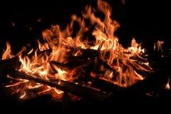 Flammen von einem Feuer auf einem schwarzen Hintergrund Stockbilder