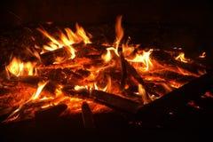 Flammen von einem Feuer auf einem schwarzen Hintergrund Stockfotos