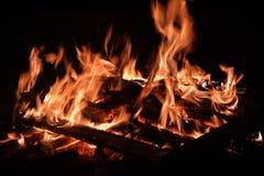 Flammen von einem Feuer auf einem schwarzen Hintergrund Stockfotografie