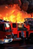 Flammendes Feuer in der Stadt Stockbild