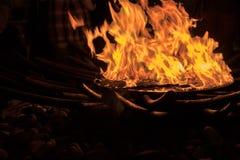 Flammes ardentes de puits du feu photos libres de droits
