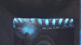 Flammes bleues d'un brûleur à gaz clips vidéos