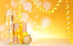 Flammes, boîte-cadeau et verre de champagne Image stock