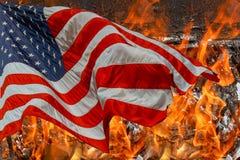 Flammes brûlant à la maison pendant les maisons détruites et le drapeau américain image stock