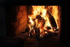 Flammes brûlant dans la cheminée photos libres de droits