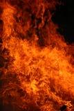 Flammes brûlantes chaudes de nuit photo libre de droits
