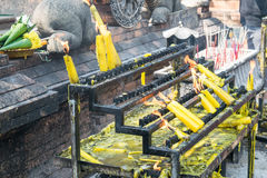 Flammes brûlant des bougies au temple en Thaïlande Photos libres de droits