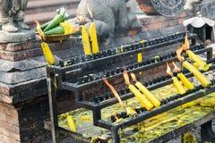 Flammes brûlant des bougies au temple en Thaïlande Images stock