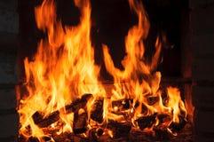 Flammes brûlantes du feu sur un fond noir images libres de droits