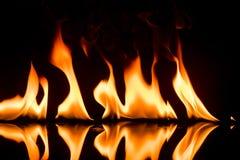 Flammes d'incendie sur le noir photos libres de droits