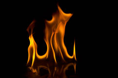 Flammes d'incendie sur un fond noir Images libres de droits