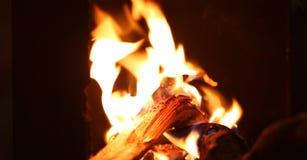 Flammes d'un feu de camp pendant la nuit image stock
