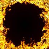 Flammes d'un incendie dans l'obscurité photos stock