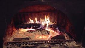 Flammes d'une cheminée dans la maison clips vidéos