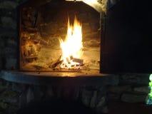 Flammes dans la cheminée image stock