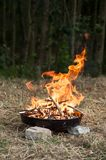 flammes dans le barbecue images stock