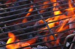Flammes dans le gril Image stock