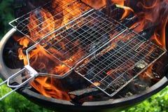 Flammes dans le gril photos libres de droits