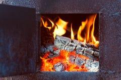 Flammes dans le vieux four Photo stock