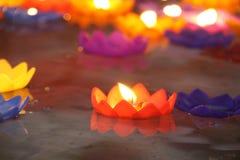 Flammes dans les bougies de flottement sur l'eau lumineuse Photographie stock
