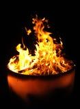 Flammes dans un bac d'incendie Images libres de droits