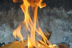 Flammes dans un barbecue photos libres de droits