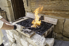 Flammes dans une forge images stock