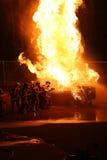 Flammes de attaque de sapeur-pompier Image libre de droits