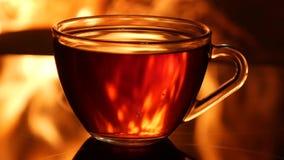 Flammes de la cheminée à l'arrière-plan des tasses de thé banque de vidéos