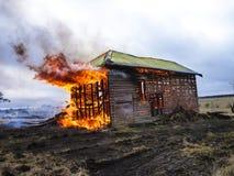 Flammes de maison sur le feu Photo libre de droits