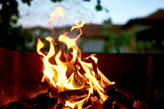 Flammes du feu de BBQ photographie stock libre de droits