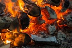 Flammes du feu de bois et de charbon photos stock