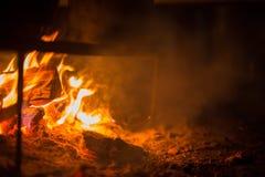 Flammes du feu de bois et de charbon image libre de droits