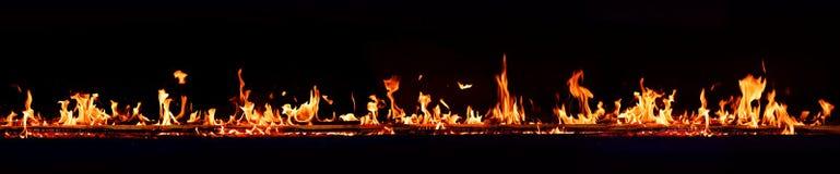 Flammes du feu horizontal avec le fond foncé images libres de droits