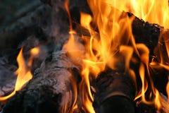 Flammes du feu sur le feu de camp images libres de droits