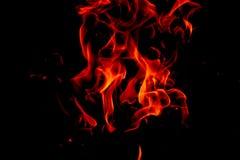 Flammes du feu sur le fond noir d'art abstrait, hausse d'un rouge ardent brûlante d'étincelles du grand feu dedans, ardemment rou photographie stock libre de droits